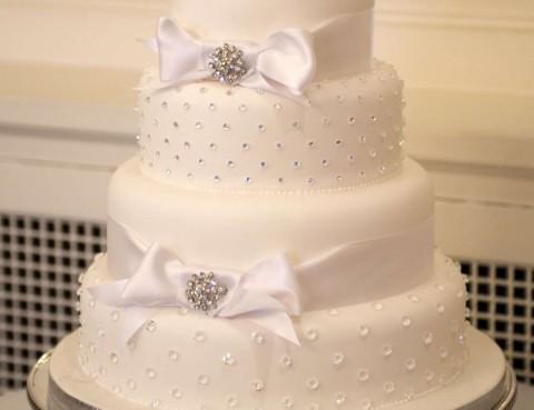 torta-nuziale-con-strass-e-zuccherini-argento